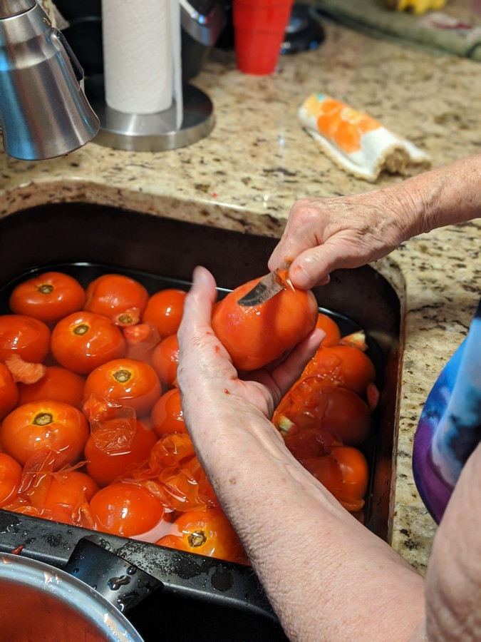 Peeling tomatoes by hand