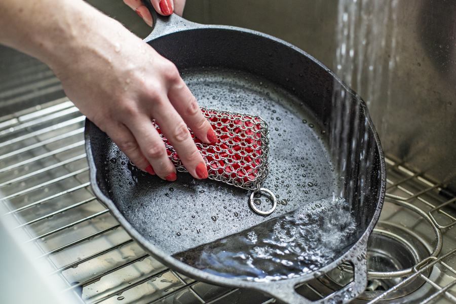 Lodge Silicone & Chainmail Scrubbing Pad in red